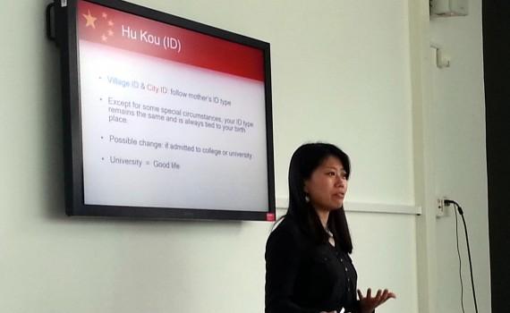 Jessica Sun tijdens lezing voor Check-IT